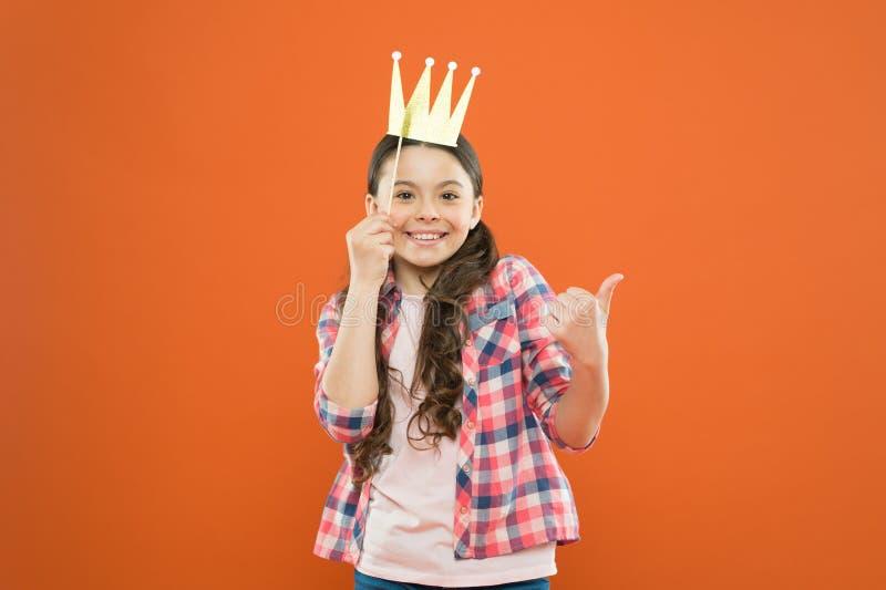 La corona dorata gli ? adatta Concetto di gioia e di felicit? Divertimento ed umore Divertiresi del bambino della ragazza Il gior immagini stock