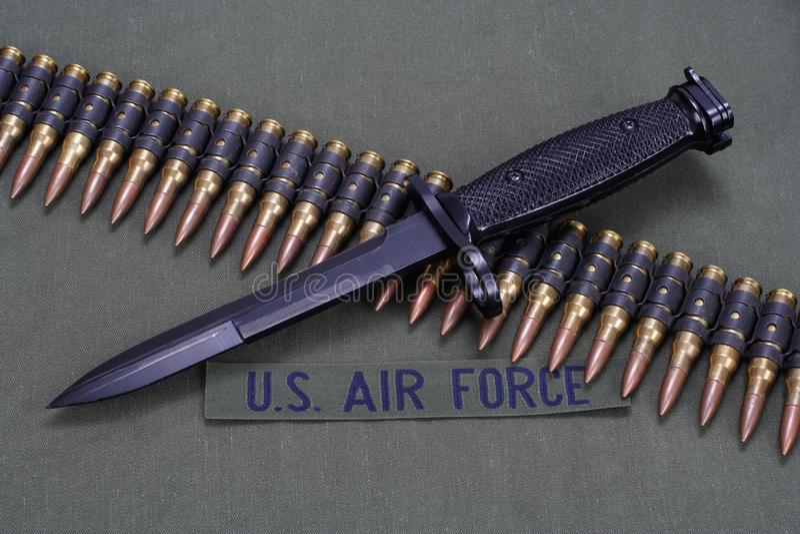 La correa de la bayoneta y de la munición en la FUERZA AÉREA de los E.E.U.U. uniforma el fondo foto de archivo libre de regalías