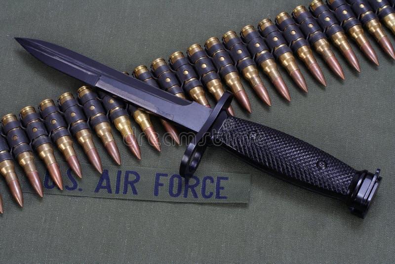 La correa de la bayoneta y de la munición en la FUERZA AÉREA de los E.E.U.U. uniforma el fondo fotos de archivo
