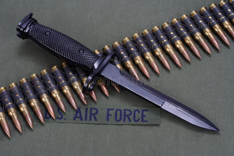 La correa de la bayoneta y de la munición en la FUERZA AÉREA de los E.E.U.U. uniforma el fondo imagenes de archivo