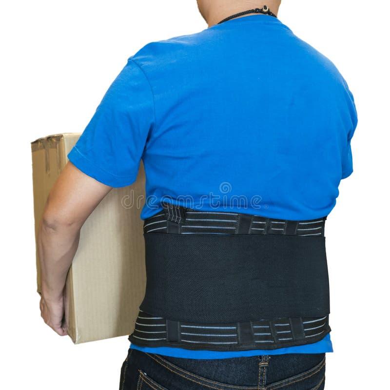 La correa de la ayuda del cartón pesado de la elevación del hombre que lleva para protege detrás imagen de archivo libre de regalías