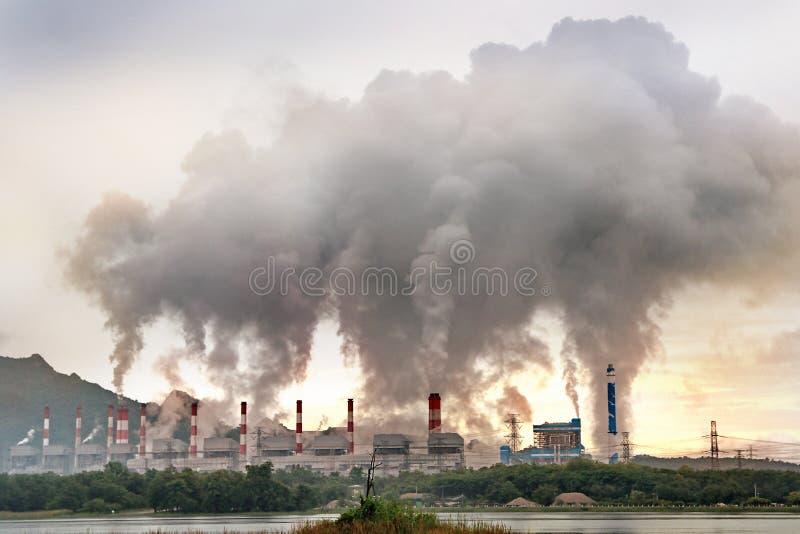 La corrente ed il carbone azionato d'ebollizione hanno infornato la centrale elettrica da molte ciminiere fotografia stock libera da diritti