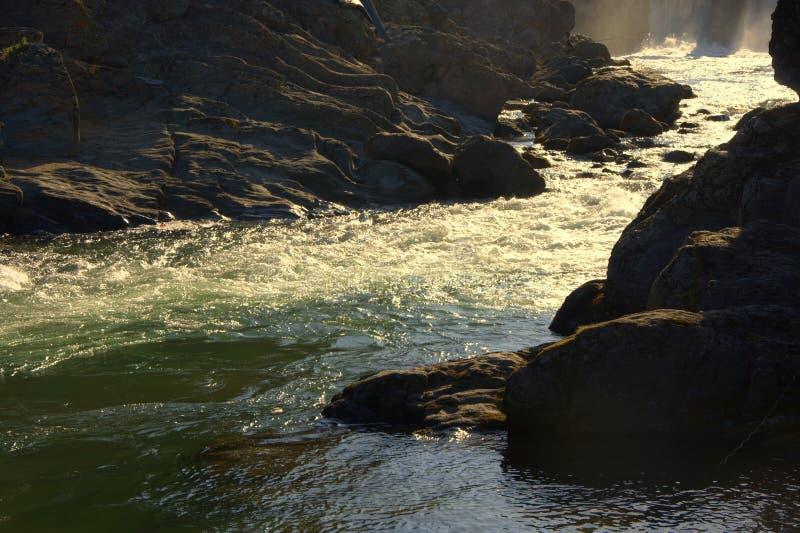 La corrente infuriantesi di un fiume della montagna incuneato dalle rive pietrose Altai, Siberia, Russia paesaggio fotografia stock libera da diritti