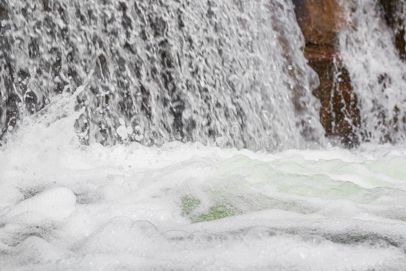 La corrente ruvida di caduta innaffia con schiuma e spruzza fotografia stock