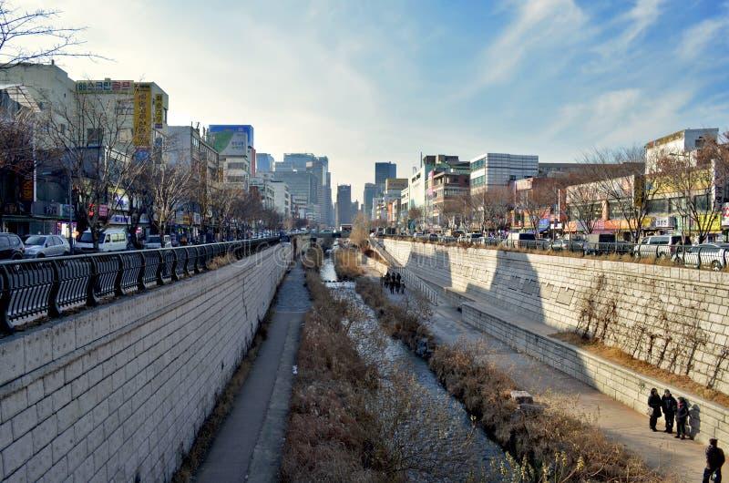 La corriente de Cheonggyecheon es un espacio de la reconstrucción en Seul céntrica, Corea del Sur fotografía de archivo