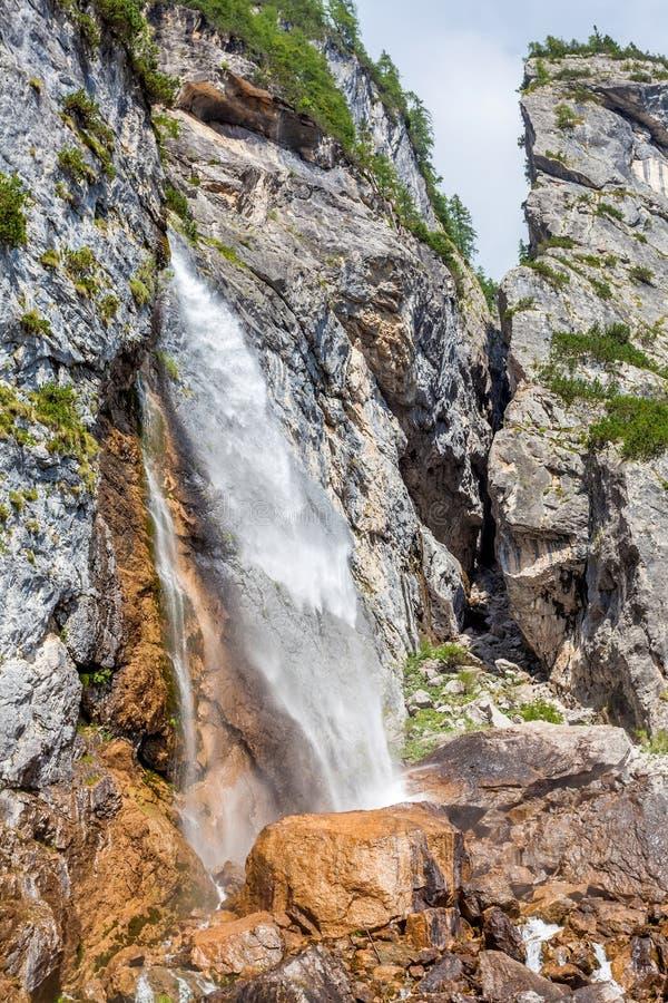 La corriente de la montaña forma una cascada foto de archivo libre de regalías