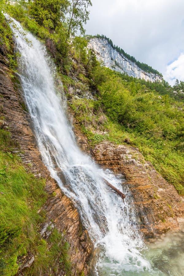 La corriente de la montaña forma una cascada imagenes de archivo