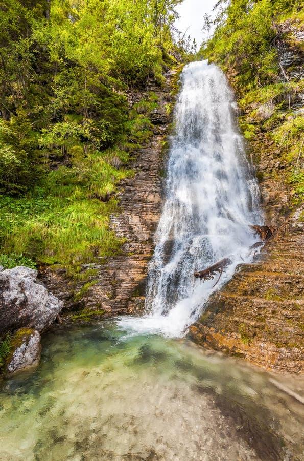 La corriente de la montaña forma una cascada foto de archivo