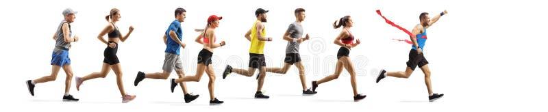 La corsa alla maratona con molte persone e un uomo sulla linea del traguardo immagine stock