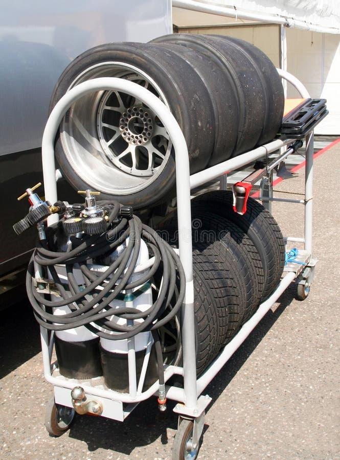 La corsa dei pneumatici ha impostato su un carrello bianco immagini stock