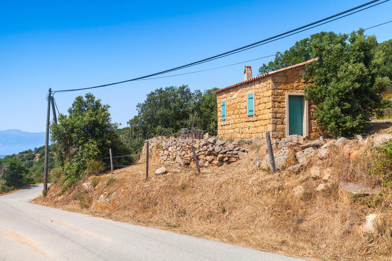 La Corse du sud, paysage rural avec la vieille petite maison photographie stock