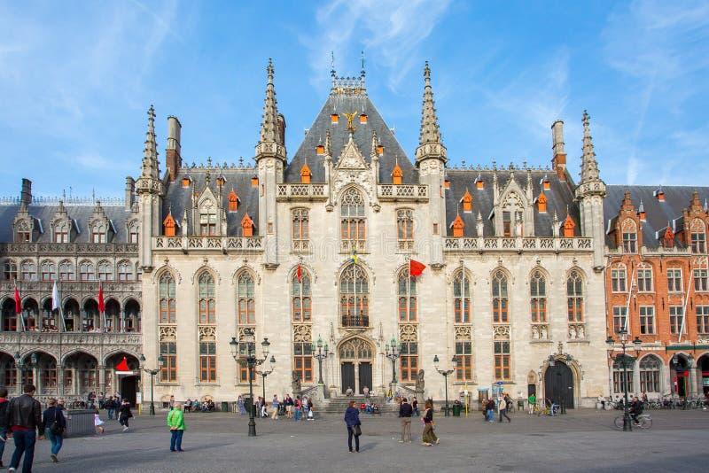 La corte de la provincia en plaza del mercado en Brujas, Bélgica fotos de archivo