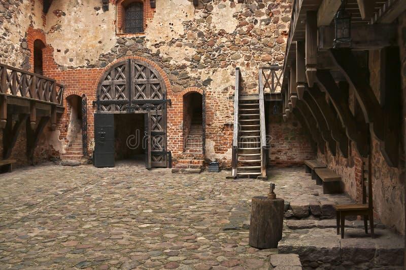 La corte en el castillo de Trakaj con los pisos de piedra y los pasos fotos de archivo