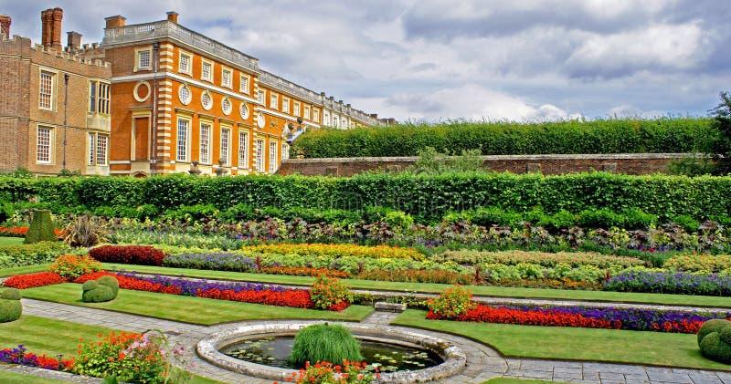 la corte fa il giardinaggio palazzo di hampton immagine stock