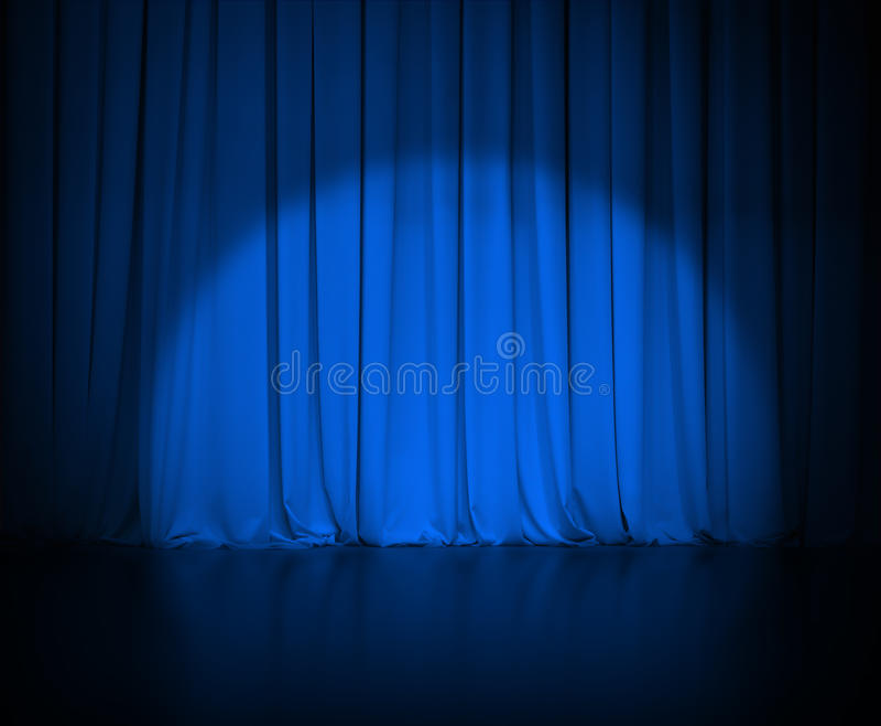 La cortina azul marino del teatro o cubre con la luz fotografía de archivo libre de regalías