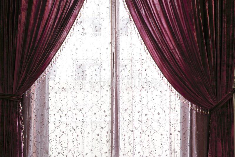 La cortina fina de la gasa y del terciopelo foto de archivo
