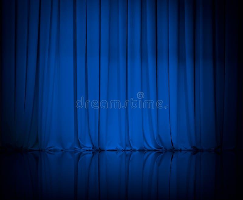La cortina o cubre el fondo azul del teatro imagenes de archivo