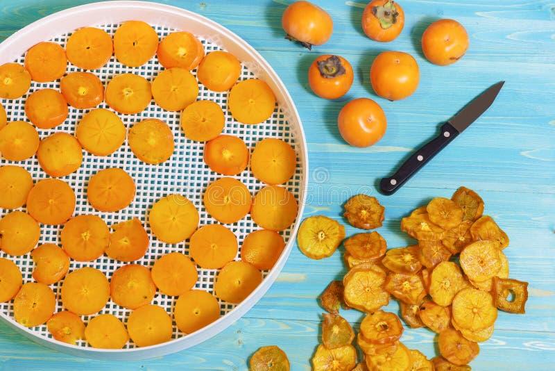 La cosecha estacional del caqui maduro da fruto lat Diospyros para el almacenamiento de larga duración Bocados secos dulces anara foto de archivo