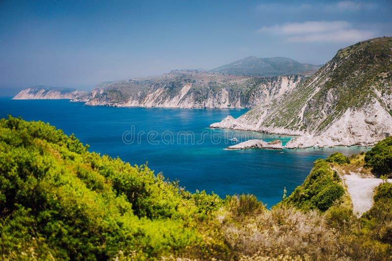 La costa costa cerca de Agia Eleni y Pitani varan en la isla de Kefalonia, Grecia Las playas salvajes rocosas más hermosas con el imagen de archivo libre de regalías