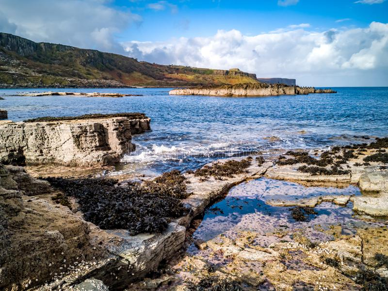 La costa costa con las huellas raras del dinosaurio del tracksite sauropod-dominado del nam Brathairean, hermanos de Rubha fotos de archivo libres de regalías