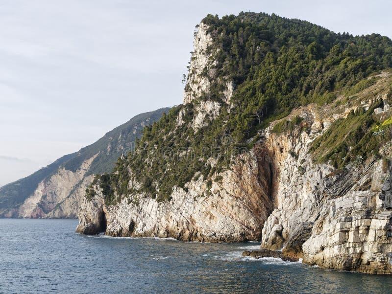 la costa costa beetween Portovenere y el riomaggiore fotos de archivo libres de regalías