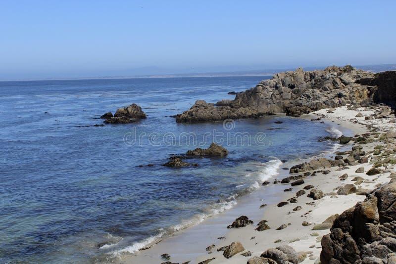 Download La Costa Costa De California Oscila La Arena Imagen de archivo - Imagen de rocas, azul: 41913747