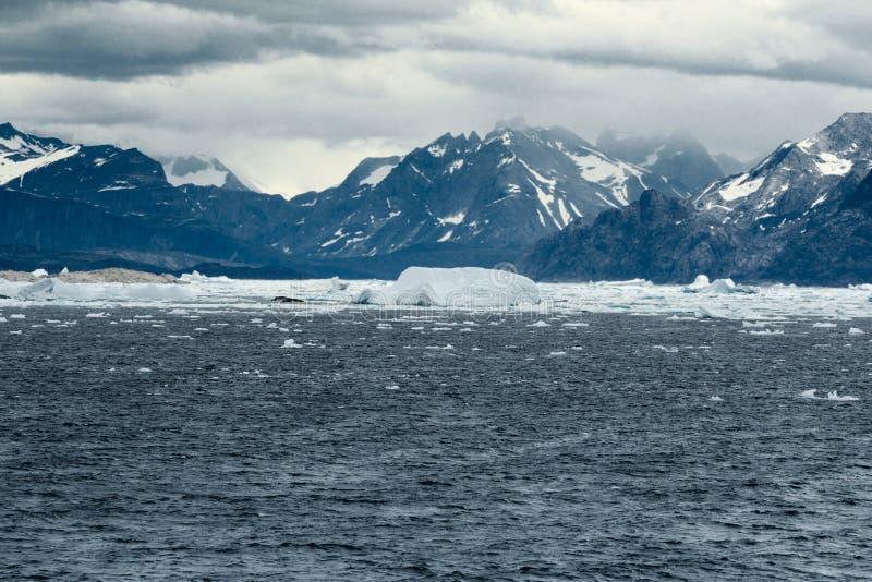 La costa costa del sudoeste de Groenlandia rodeó por las aguas heladas imagenes de archivo