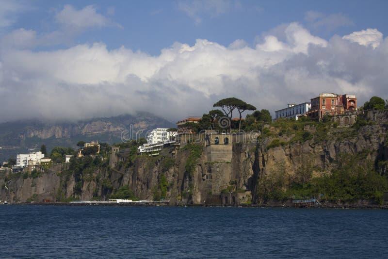 La costa de Amalfi en Sorrento, Italia fotos de archivo