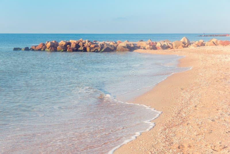 La costa de mar con los guijarros en el horizonte fotografía de archivo libre de regalías