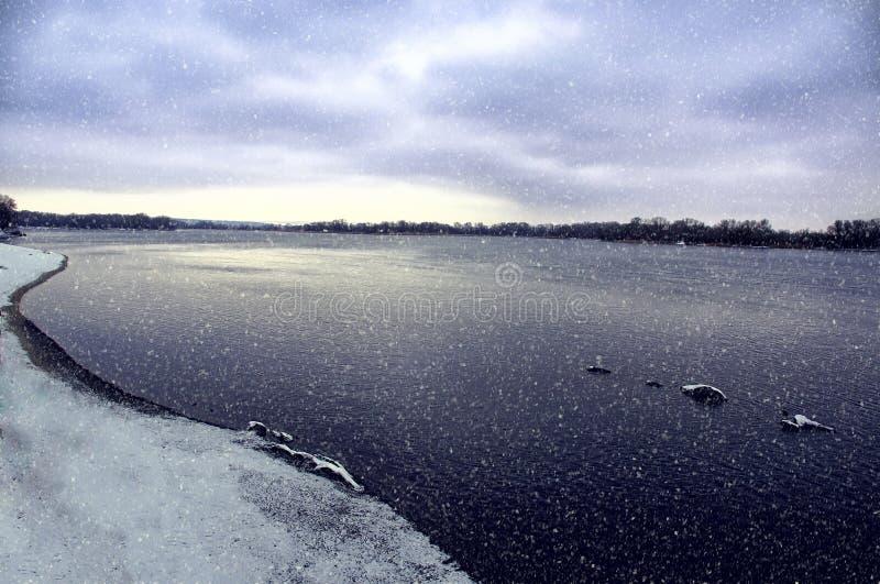 La costa del fiume ha neve nevicata del ` s immagine stock libera da diritti