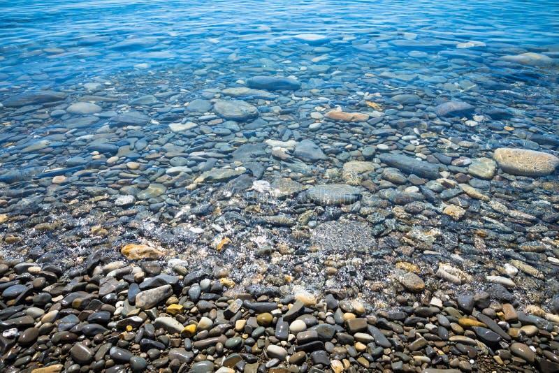 La costa del mar con un Pebble Beach imagen de archivo libre de regalías