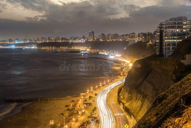 La Costa del Pacífico de Miraflores en la noche en Lima, Perú foto de archivo libre de regalías