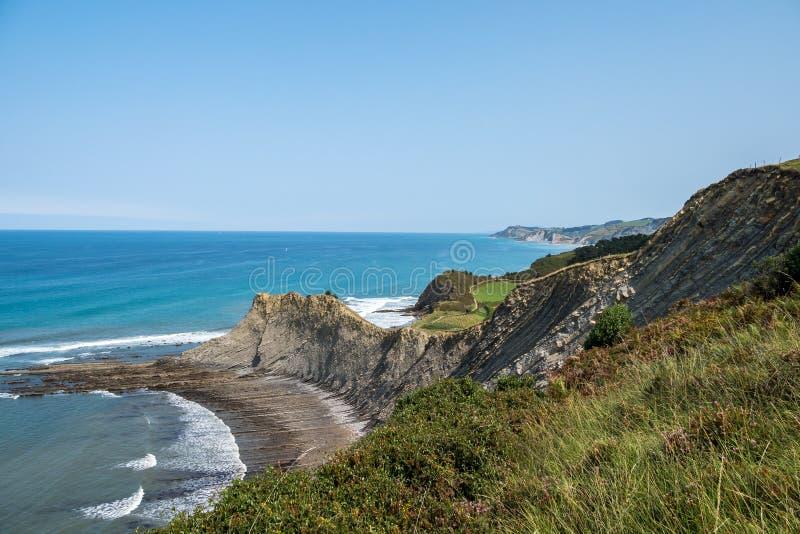 La costa della flysch di Sakoneta, Zumaia - Paese Basco, Spagna fotografia stock