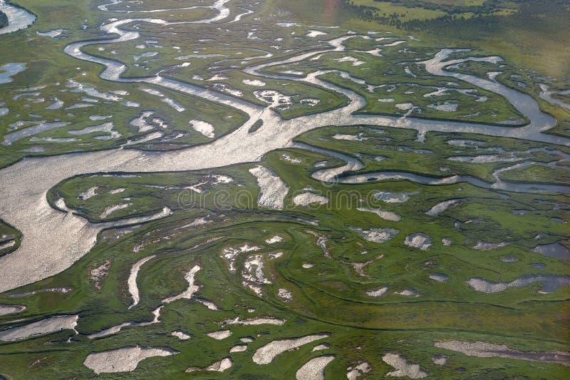 La costa della penisola di Kamchatka è tagliata dalle arterie dell'acqua dell'oceano Pacifico Vista dall'aereo fotografie stock libere da diritti