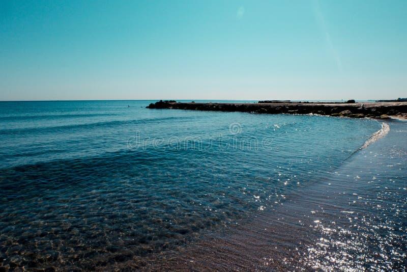 La costa di mare della Bulgaria, struttura la sabbia nera sul concetto di una festa della spiaggia, il fondo, sfondo naturale immagine stock libera da diritti