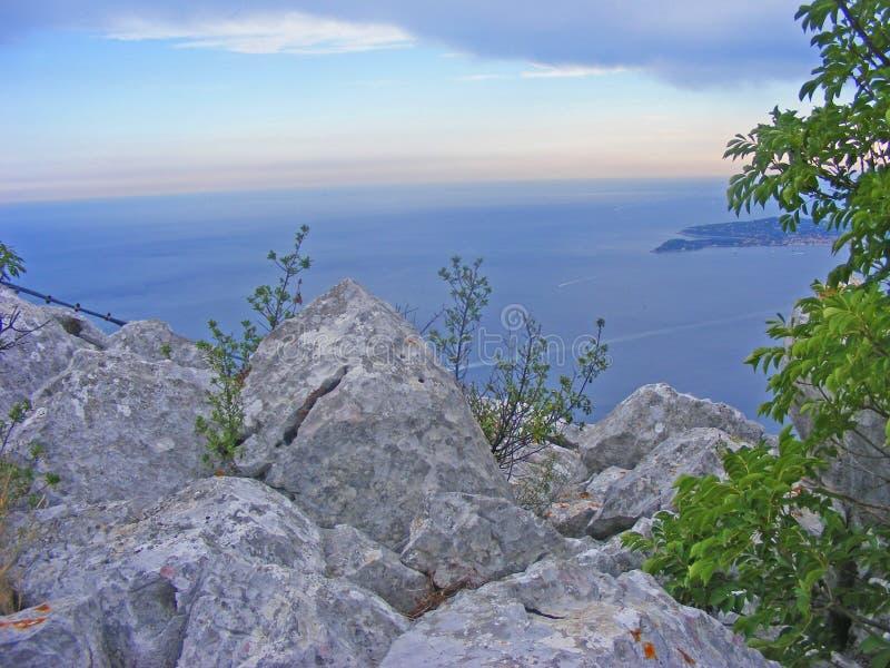 La costa di pietra ad estate immagini stock