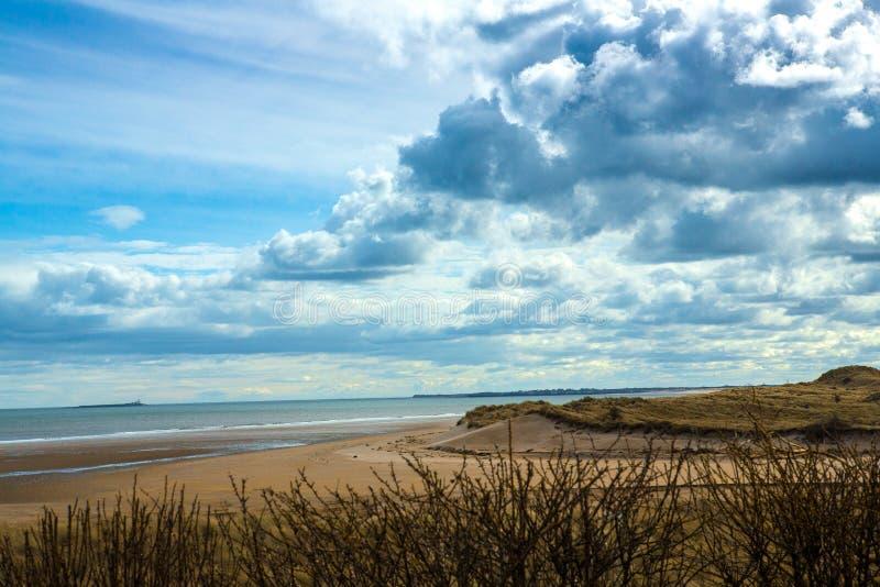 La costa en el puerto de Alnmouth durante la bajamar imagenes de archivo
