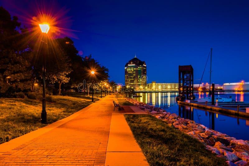 La costa en la noche en el cantón, Baltimore, Maryland fotos de archivo