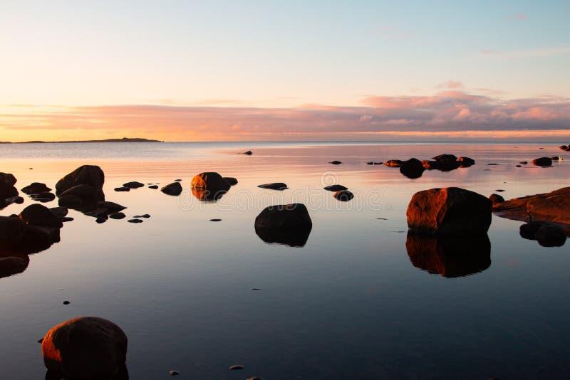 La costa rocciosa al tramonto in dettaglio in Svezia fotografia stock
