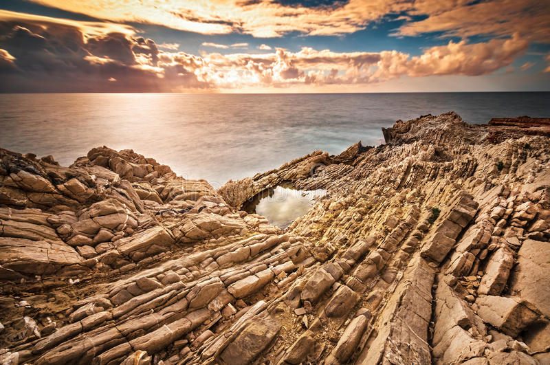 La costa siciliana al tramonto immagine stock libera da diritti