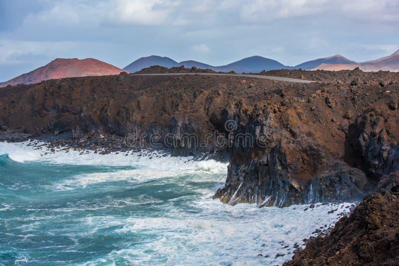 La costa costa volcánica cerca de la lava del Los Hervideros excava en Lanzarote, foto de archivo
