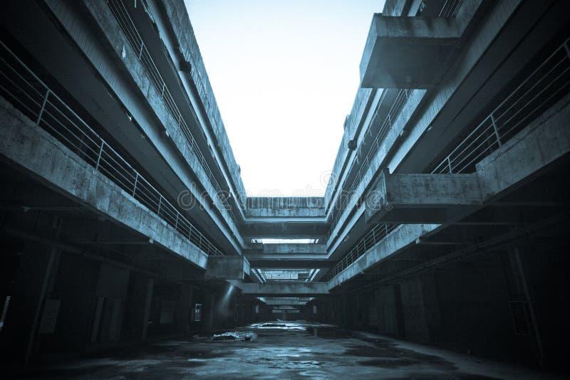 La costruzione abbandonata della città fotografie stock