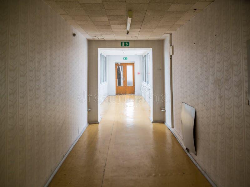 La costruzione abbandonata vista del giorno ha scartato il modo della costruzione, del corridoio o di corridoio fotografia stock
