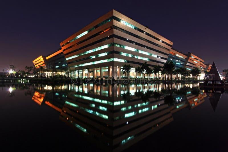 La costruzione complessa di governo lucida alla notte fotografia stock