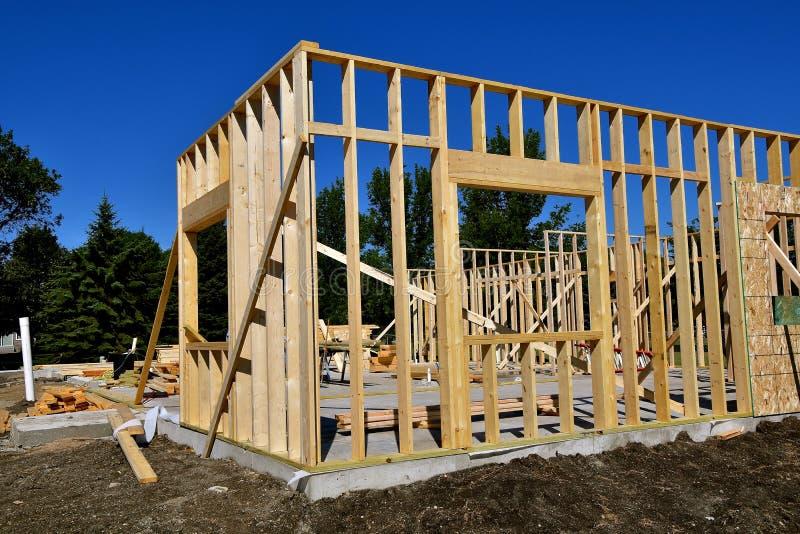 La costruzione in costruzione parzialmente è incorniciata fotografia stock libera da diritti