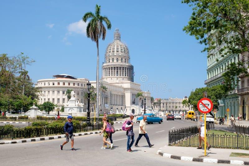 La costruzione del Campidoglio, la gente e le automobili classiche a Avana del centro fotografie stock