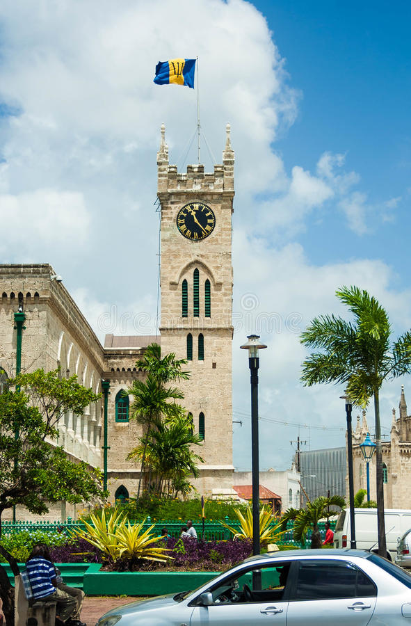 La costruzione del Parlamento delle Barbados con una bandiera barbadiana fotografie stock