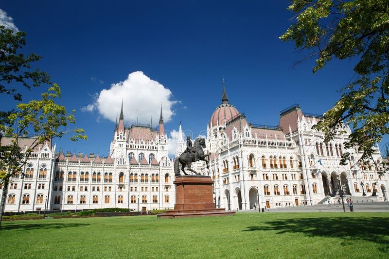 La costruzione del Parlamento e la statua equestre di estate immagini stock