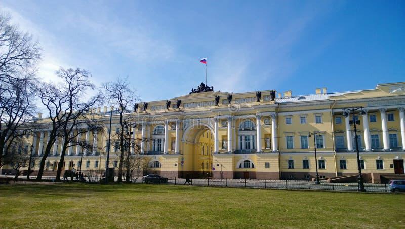 La costruzione del senato ed il sinodo nel centro di St Petersburg sul senato quadrano fotografia stock