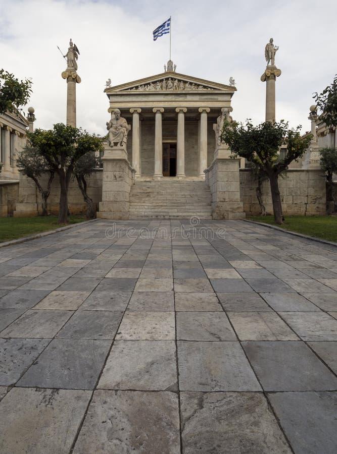 La costruzione dell'accademia di Atene una colonna di marmo con sculture di Apollo e di Atena, Socrates e Platone contro la a con immagine stock